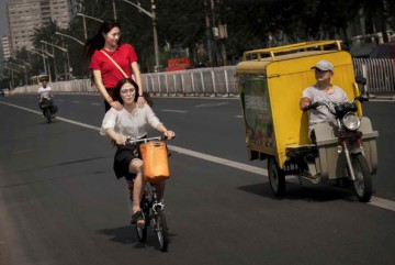 Many Chinese commuters are encouraged to ride bikes than cars.