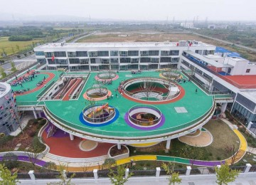 An aerial view of the running tracks on the roof of a kindergarten in Huzhou, East China's Zhejiang Province.