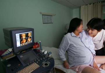Mother who is  32 weeks pregnant saw the dynamic 3D ultrasound image of her quadruplets at Tongji Hospital