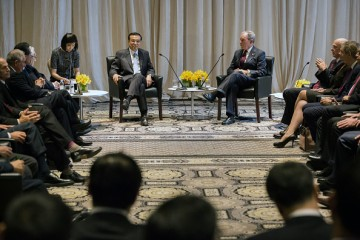 Premier Li Keqiang (center, left) and Michael Bloomberg, founder of Bloomberg LP (center, right), participate in a dialogue with U.S. business leaders at the Waldorf Astoria Hotel in New York, U.S.