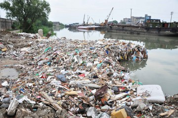 The lake bank is covered with waste at Taihu National Tourism Vacation Zone in Suzhou, Jiangsu Province.