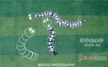 Graduates of Shangdong University of Science and Technology in Qingdao of east China's Shandong Province used drones to take memorable and unique graduation pictures.