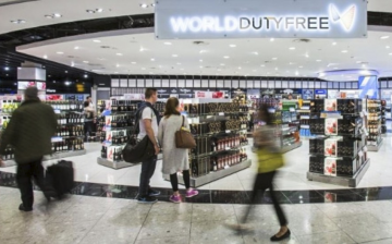 Heathrow airport apologised for a duty-free store's practice of making Chinese tourists spend more than others to qualify for discount vouchers.