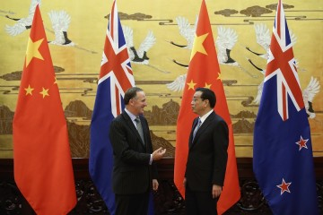 New Zealand Prime Minister John Key (L) and Chinese Premier Li Keqiang speak during a ceremony at the Great Hall of People in Beijing, March 18, 2014.