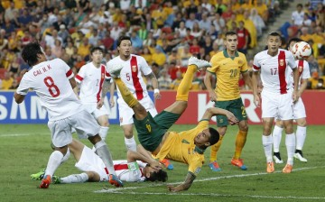Australia's Tim Cahill (C) scores a goal from an overhead kick during their Asian Cup quarter-final soccer match against China at the Brisbane Stadium in Brisbane, Jan. 22, 2015.