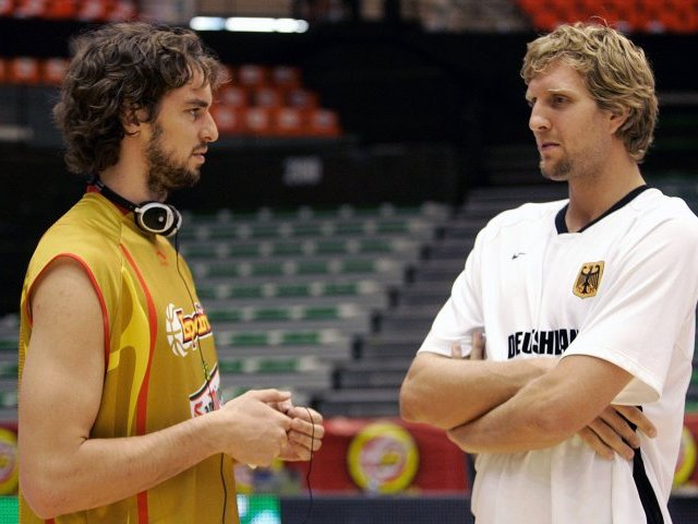 ¿Cuánto mide Dirk Nowitzki? - Real height Two-of-best-european-players-in-the-nba-pau-gasol-l-and-dirk-nowitzki-are-talking-to-each-other