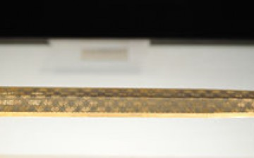 The Goujian sword is almost 56 centimeters long and weighs 875 grams. It is known for its dark rhombic patterns, decorated in blue and turquoise crystals.