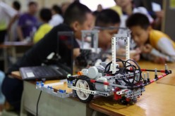 Students take part in a robot assembling competition in Qingfeng Experimental School in Guilin, South China's Guangxi Zhuang Autonomous Region, May 15, 2016.