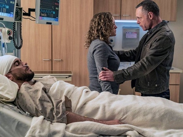 """Chicago P.D."" Season 3 finale feature Jason Beghe, Josh Segarra and Caroline Neff as Hank Voight, Justin Voight and Olive Morgan Voight in a scene in the hospital."