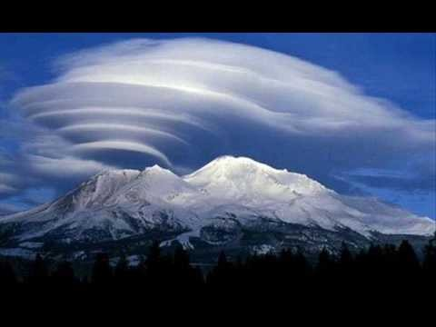 UFO-shaped lenticular clouds (Altocumulus lenticularis) are stationary lens-shaped clouds that form in the troposphere, normally in perpendicular alignment to the wind direction.