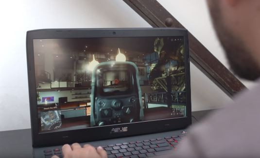 A player tries out the ASUS G751JY G-SYNC laptop with the GTX 980M, not the GTX 1060 or the GTX 1050 Ti mobile version.