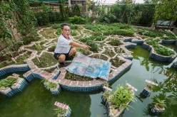 A 75-year-old retired teacher of Jiexi County, in south China's Guangdong Province recently completes a giant model of a Chinese map on the terrace of his home. The project took him a whole year to complete.