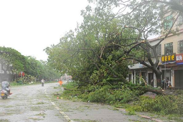 Typhoon Sarika hits Hainan.