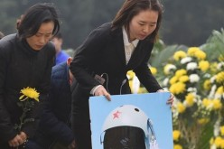 People mourn for Yu Xu at a public memorial service in Chongzhou, Southwest China's Sichuan Province, on Saturday.