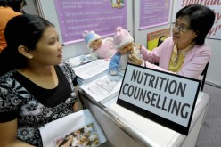 A pregnant woman receives nutrition counseling