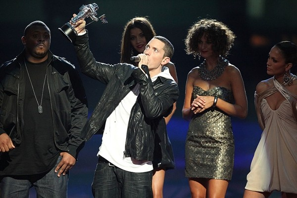 Rapper Eminem accepts an award from singer Jennifer Lopez onstage during the 2009 MTV Video Music Awards at Radio City Music Hall on September 13, 2009 in New York City.