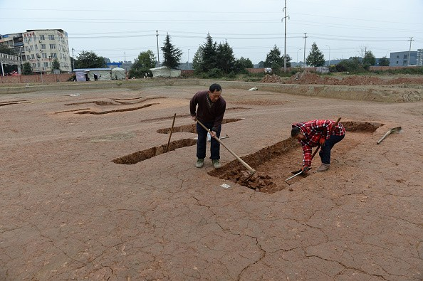 Boat coffins being unearthed in Chengdu.
