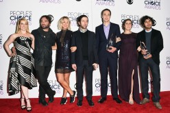 Melissa Rauch, Johnny Galecki, Kaley Cuoco, Simon Helberg, Jim Parsons, Mayim Bialik and Kunal Nayyar from 'The Big Bang Theory' pose during the People's Choice Awards 2016.