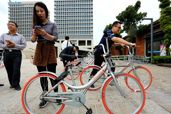 Office workers experience the Mobike Lite bicycles in Baoshan District.