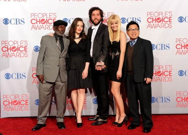 Garrett Morris, Kat Dennings, Jonathan Kite, Beth Behrs and Matthew Moy pose with Favorite New TV Comedy for '2 Broke Girls' in the press room during the 2012 People's Choice Awards.