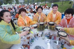 Chinese visitors attend samgyetang tasting in South Korea.