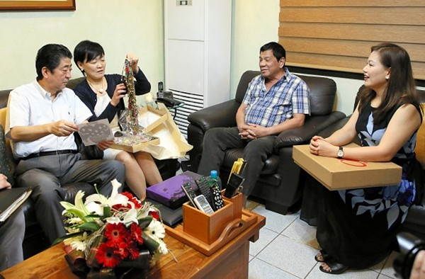 Japanese Prime Minister Shinzo Abe and his wife Akie Abe exchange gifts with Philippine President Rodrigo Duterte and his wife Honeylet Avancena at Duterte's private residence on January 13, 2017 in Davao City, Philippines.