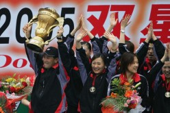 Li Yongbo (L) and his players during a victory ceremony.