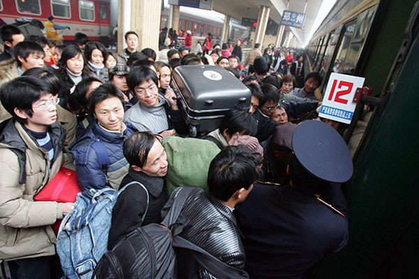 Chinese travelers fighting their way to enter the train during Spring Festival travel peak.
