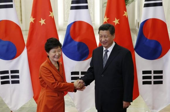 Chinese President Xi Jinping (R) shakes hands with South Korean President Park Geun-hye.