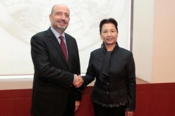 Cui Yuying shakes hands with Mexico's Foreign Affairs Undersecretary, Carlos de Icaza.