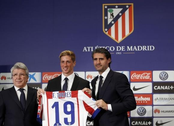 Fernando Torres (C) poses with his new Atletico Madrid jersey with the club's president, Enrique Cerezo (L).