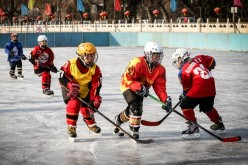 A growing number of children in Beijing have embraced ice hockey, and their families have warmed to the sport as it helps kids build character and health.