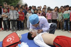 A volunteer from Red Cross Society of China demonstrates CPR to students at a primary school in Shandong Province.