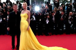 Charlize Theron Posing With Partner Sean Penn For The 'Mad Max: Fury Road' Premiere At 2015 Cannes Film Festival
