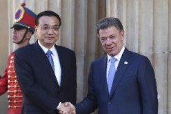 Premier Li Keqiang is welcomed and received by Colombian President Juan Manuel Santos at the presidential palace in Bogota.