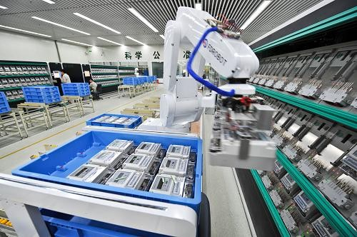 Robots with intelligent sensors examine the products in a warehouse.