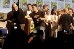 Channing Tatum Helps Stan Lee Exit San Diego Comic Con Panel Stage