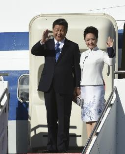 President Xi Jinping and his wife Peng Liyuan wave to the crowd upon their arrival in Seattle on Sept. 22.