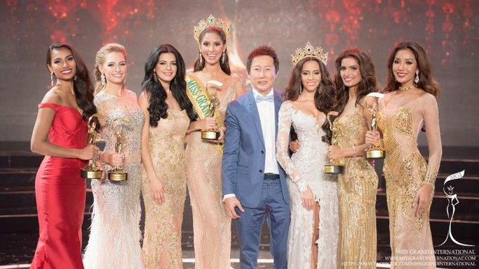 Miss Grand International 2015 Anea Garcia of Dominican Republic poses with runners-up from Claire Elizabeth Parker (Australia), Vartika Singh (India), Parul Shah (Philippines) and Rattikorn Kunsom (Thailand).