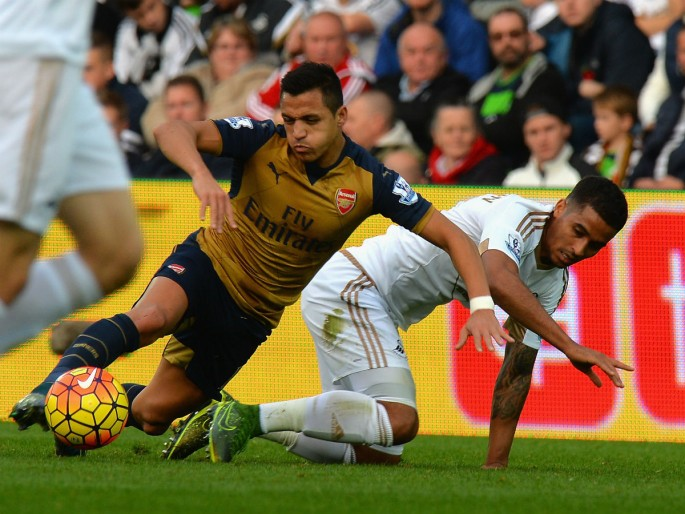Arsenal winger Alexis Sánchez competes for the ball against Swansea City's Kyle Naughton.