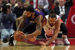 Phoenix Suns power forward Markieff Morris (L) dives for the loose ball against Chicago Bulls' Joakim Noah.