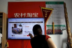 A Taobao customer in Zhejiang Province points to a product in the e-commerce site, in which more than 20 million accounts were reportedly attacked by hackers last year.