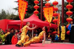 Martial art actors perform at a temple fair of Wansuishan scenic zone in Kaifeng, central China's Henan Province, Feb. 21, 2016. The traditional Lantern Festival will fall on Feb. 22 this year.