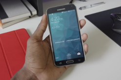 A user tests the functionality and features of Samsung Galaxy Note 4 before buying it.